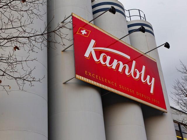 Blick auf das Kambly-Logo bei der Fabrik in Trubschachen.