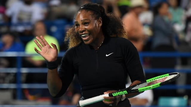 Serena Williams lacht winkend