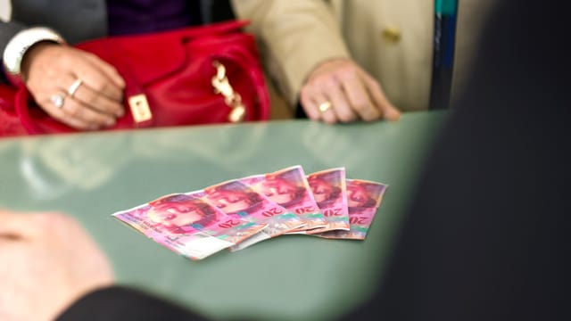 Vier Banknoten auf einem Tisch.