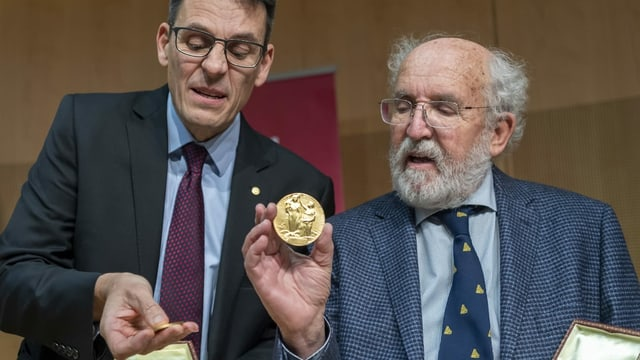 Queloz (links, neben Michel Mayor) nimmt den Nobelpreis entgegen