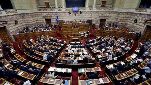222 dals parlamentaris grecs han vuschà per il nov pachet d'agid, be 64 èn stads encunter.