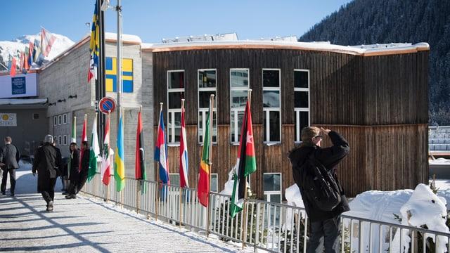 Center da congress cun las bandieras da las naziuns participantas