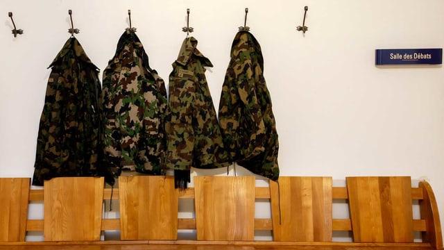 Vier Militärjacken vor dem Gerichtssaal aufgehängt.