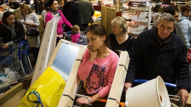 Menschen kaufen bei Ikea in Moskau ein.