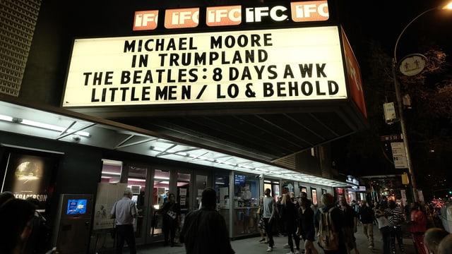 Kino Anzeigetafel mit dem Filmtitel «Michael Moore in Trumpland»