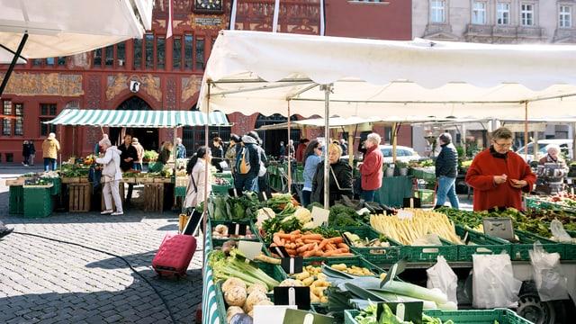 Marktstände mit Gemüse auf dem Marktplatz in Basel.