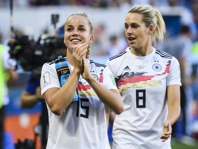 Die Deutschen Giulia Gwinn und Lena Gösling nach dem Sieg gegen Südafrika.