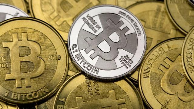 Zu Anschauungszwecken hergestellte Bitcoin Münzen.