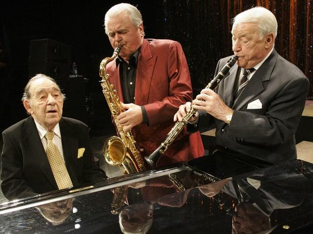 Die drei Musiker spielen gemeinsam während eines Konzerts.