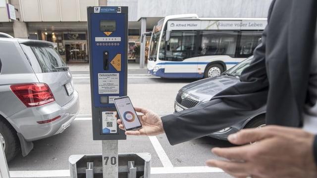 Parkuhr und Smartphone.
