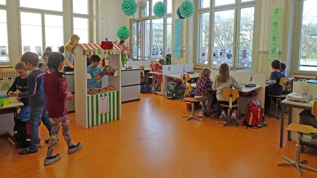 Klassenzimmer mit Lernposten