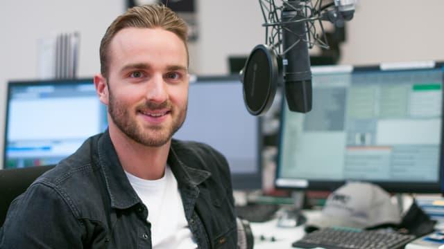 Julian Thorner im SRF 3 Studio am Mikrofon.