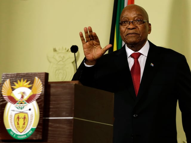 Zuma an einem Rednerpult.