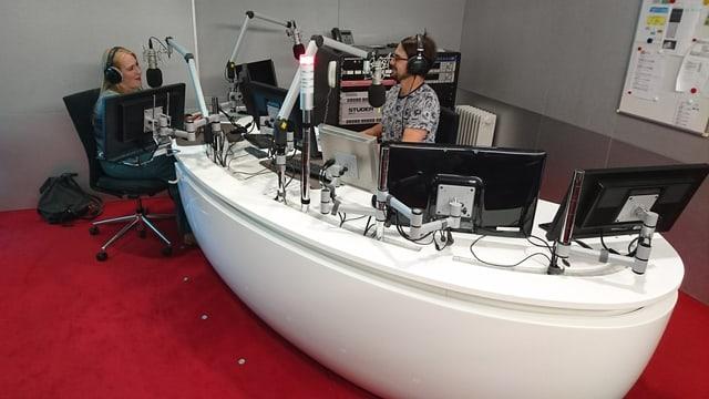 Ira May durant l'intervista cun Danilo Bavier en il  studio RTR.