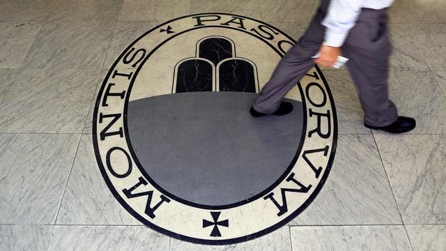 Bodenmosaik mit Bankenlogo.