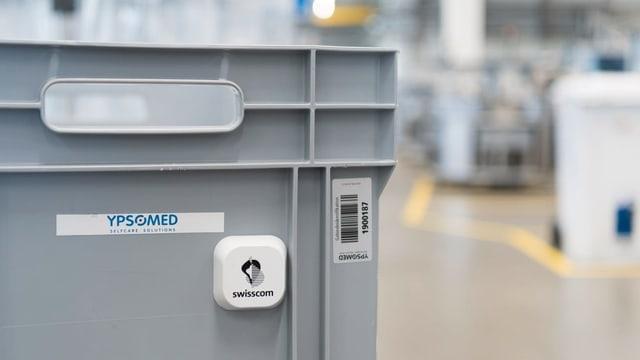 Ein 5G-Sender der Swisscom klebt an einer grauen Plastik-Kiste.