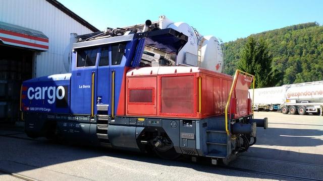 Eine Lokomotive steht auf dem Firmenareal der Giezendanner AG bereit.