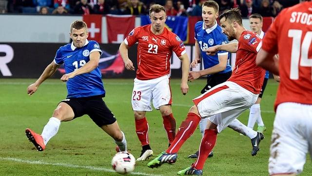Gieu da qualificaziun per il campiunadi europeic 2016 - Haris Seferovic cumbatta per il bal per sajettar il 3:0 cunter l'Estonia