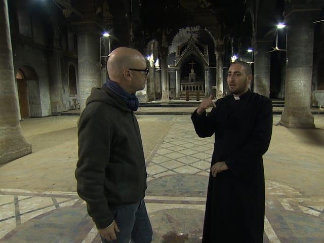 Weber mit dem Priester in der Kirche.