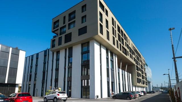 Ein modernen Gebäude unmittelbar beim Bahnhof.