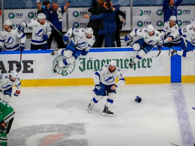 Die Schlusssirene ertönt und das gesamte Team stürmt auf das Eis.