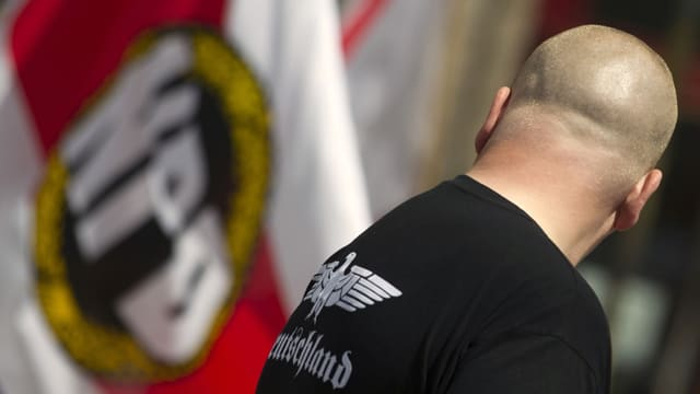 Neonazi vor NPD-Flagge