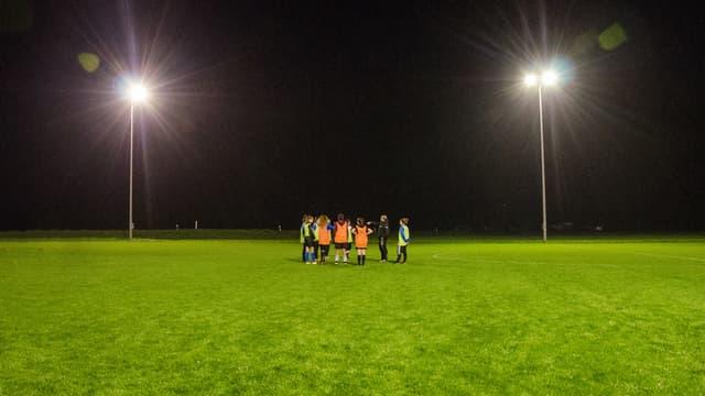 Fussballfeld, Frauen stehen in Gruppe beieinander