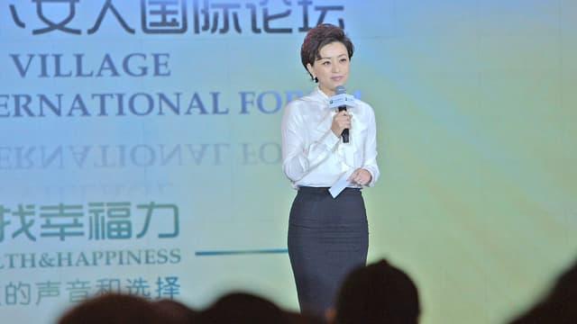 Chinesische Unternehmerin mit Mikrofon bei Keynote