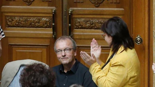 Hans-Jürg Fehr in der Mitte, daneben applaudierende Politiker-Kollegen.