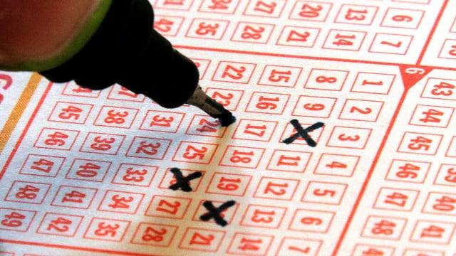 Kreuze auf einem Lottoschein
