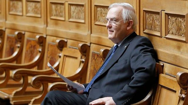 Hans Rudolf Gysin sitzt im Nationalratssaal.