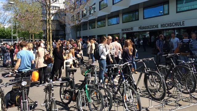 Viele Studenten stehen vor dem Unigebäude in Luzern.
