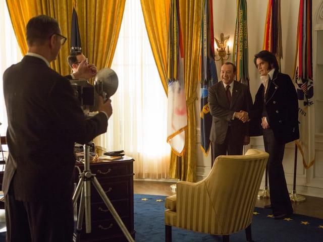 Zwei Schauspieler, die Richard Nixon und Elvis Presley spielen, posieren für ein Foto.
