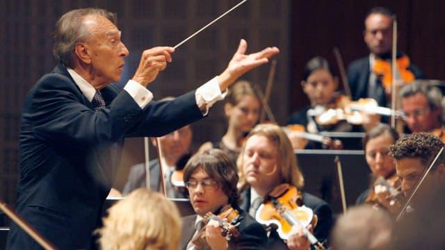 Claudio Abbado dirigiert ein Orchester