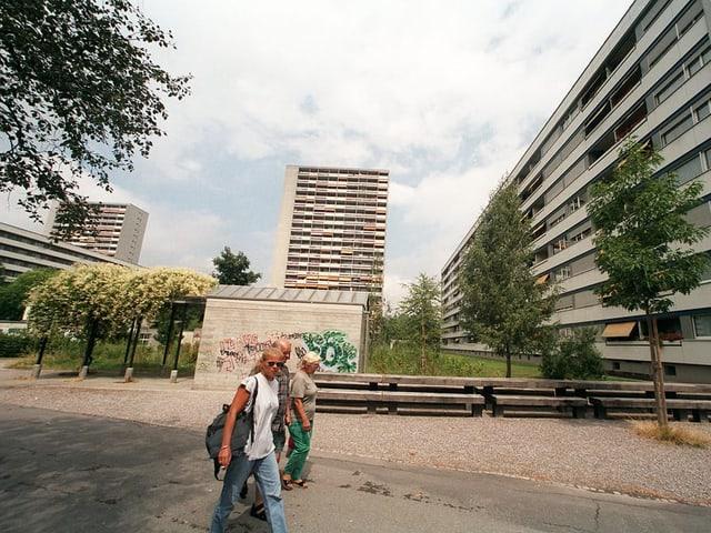 Fusswege und Hochhäuser.