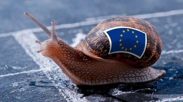 Schnecke mit EU-Flagge auf dem Häuschen.