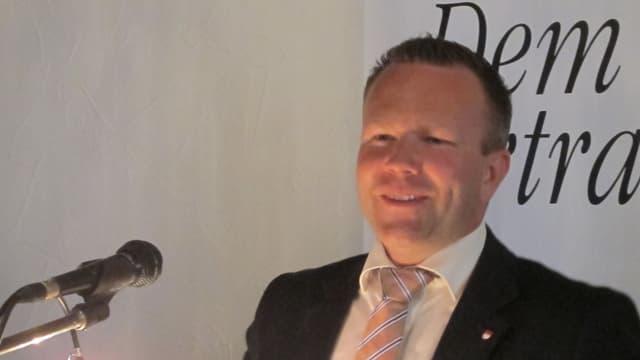 Der neue Präsident der SVP Kanton Solothurn heisst Silvio Jeker, ist 34 Jahre alt und kommt aus Erschwil. Er präsentiert sich mit Krawatte und Anzug den Delegierten.