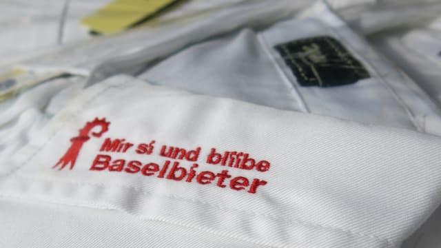 Ein Stoff mit der Aufschrift «Mir si und bliibe Baselbieter»