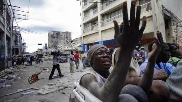 Las ruinas suenter il terratrembel a Haiti.