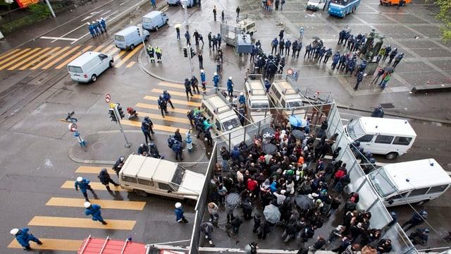 Demonstranten von Polizei eingekesselt zwischen Gittern