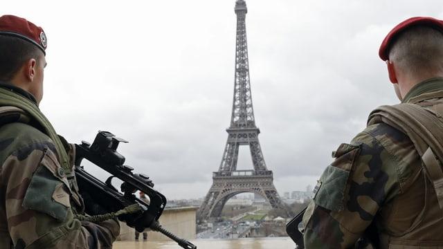 Dus schuldads avant la tour Eiffel.