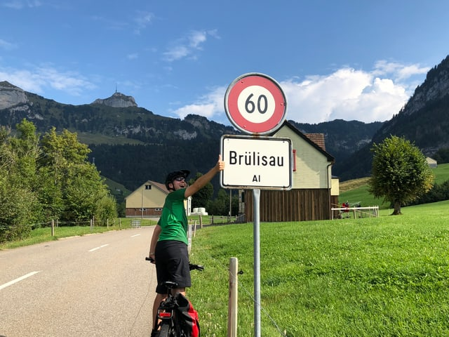 Reto Scherrer bei der Ortstafel Brülisau.
