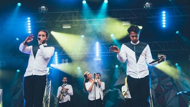 Lo und Leduc auf der Bühne mit Band
