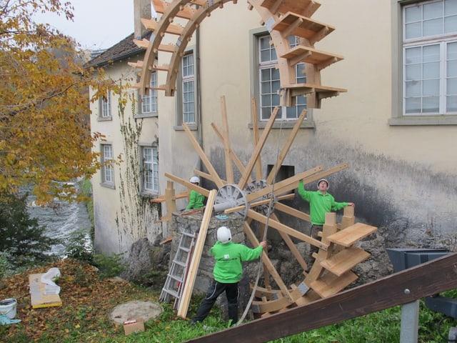 Millimeterarbeit: Das alte Mühlerad am Rheinfall wird durch ein neues ersetzt.