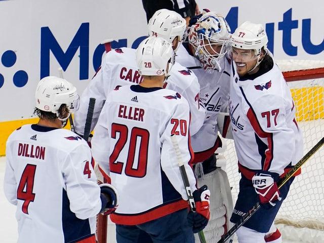 Die Capitals feiern den 1. Sieg gegen die Islanders.