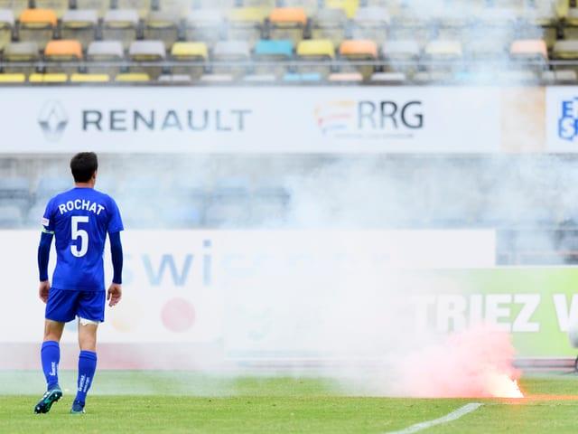 Ein Lausanne-Spieler neben einer brennenden Petarde.