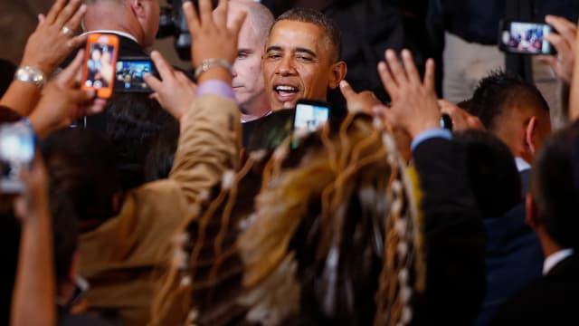 Barack Obama inmitten von Indianern