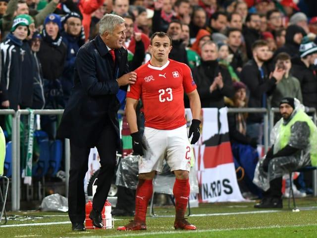 Xherdan Shaqiri steht mit Vladimir Petkovic an der Seitenlinie.