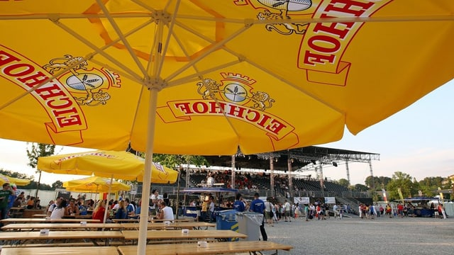 Sonnenschirm mit Bierwerbung an einem Turnfest