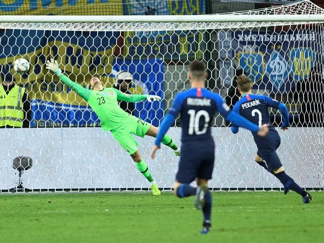 Konoplyanka bezwingt den slowakischen Goalie mit einer Direktabnahme.
